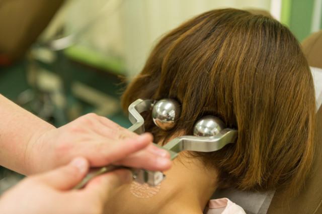 当院では、首の歪みを特殊な道具で調整し、不調に対応します。